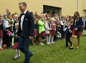 Aby tradycji stała się zadość, dzwonkiem rozpoczynającym rok szkolny dzwonili najmłodsi z pomocą starszych kolegów i koleżanek Fot. Apolinary Klonowski