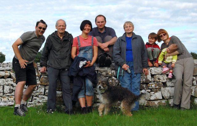Z 2008 r. Cała rodzina w Irlandii, gdzie mieszka młodsza córka pani Teresy — Magda. Od lewej — zięć Andrzej, mąż Juliusz, córka Magda z Markiem, Teresa Gumowska-Kacmajor, córka Anna z dziećmi i pies Grappa Fot. archiwum rodzinne Teresy Gumowskiej-Kacmajor