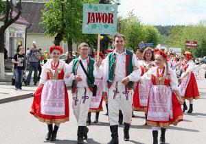 Pochód ulicami Niemenczyna podczas XX Festiwalu Kwiatów Polskich Fot. Marian Paluszkiewicz