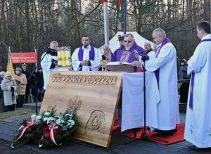 """""""Wspominamy to wszystko z ogromnym wzruszeniem, bo ile ofiar tu padło, ile sierot po nich pozostało"""" — mówił w czasie kazania bp Antoni Dudycz Fot. kombatanci.gov.pl"""