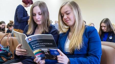 """Uczniowie starszych klas będą mogli wstępną wiedzę zdobyć z podręczników """"Bezpieczeństwo i obrona kraju"""" Fot. Marian Paluszkiewicz"""