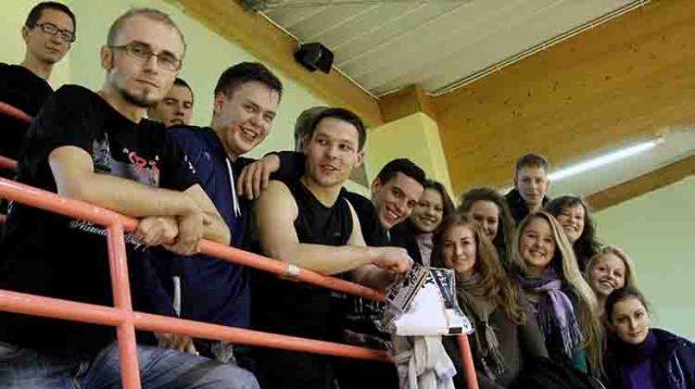 Studenci z Wileńszczyzny założyli w Warszawie własną drużynę koszykówki Lituanica Warsaw. Na zdjęciu — członkowie drużyny i kibice Fot. Jolanta Paluszkiewicz