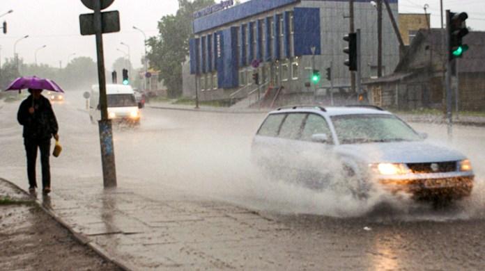 Po obfitych ulewach stołeczne ulice zamieniły się w rzeki