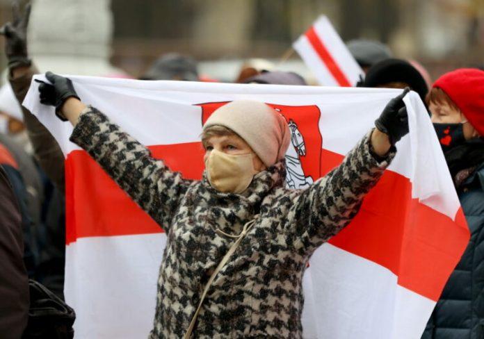 W Mińsku pod ambasadą Litwy i Polski pikiety zwolenników Łukaszenki. Wkrótce proces prezes Związku Polaków na Białorusi
