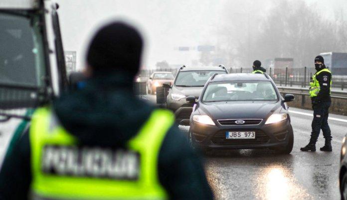 Zawrócono 12 tys. aut. Policja pilnuje kwarantanny