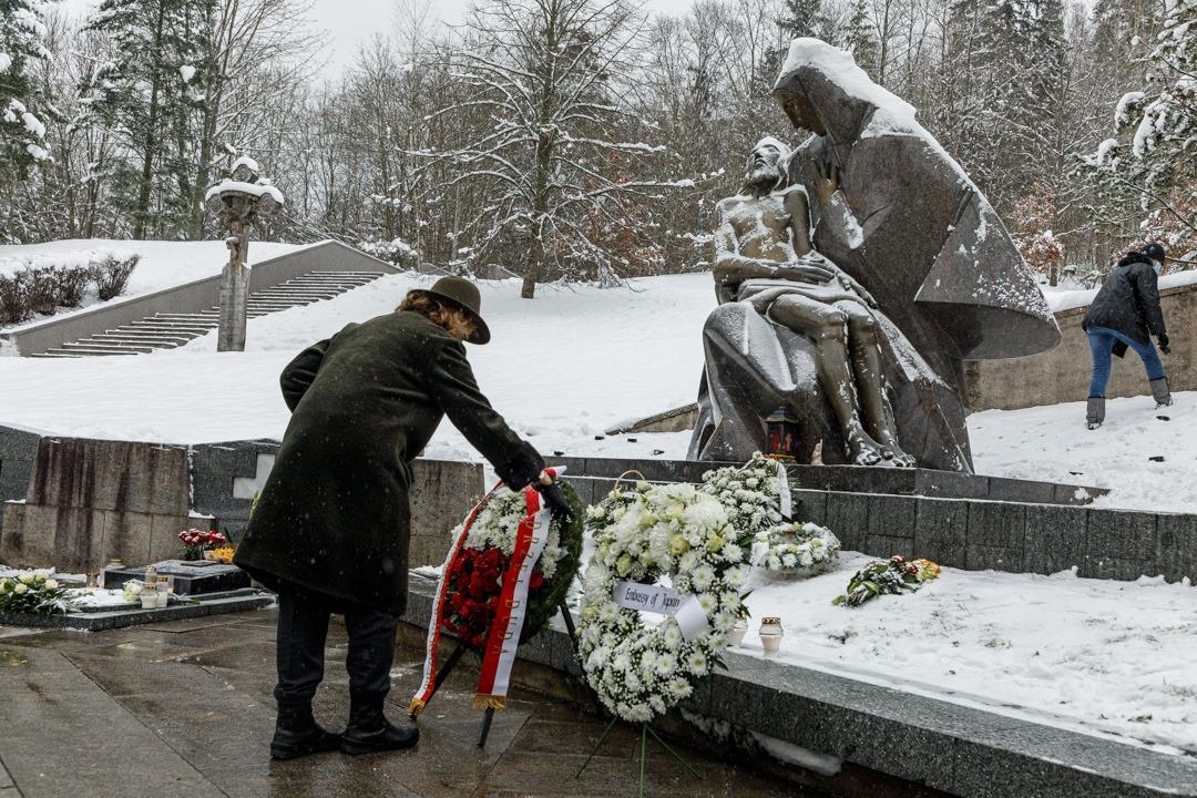 Ambasador Polski Urszula Doroszewska składa kwiaty z okazji 30. rocznicy Dnia Obrońców Wolności na Litwie