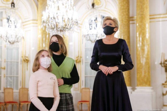 Pierwsza Dama RP czyta dzieciom w ramach akcji #FeriePoKrólewsku