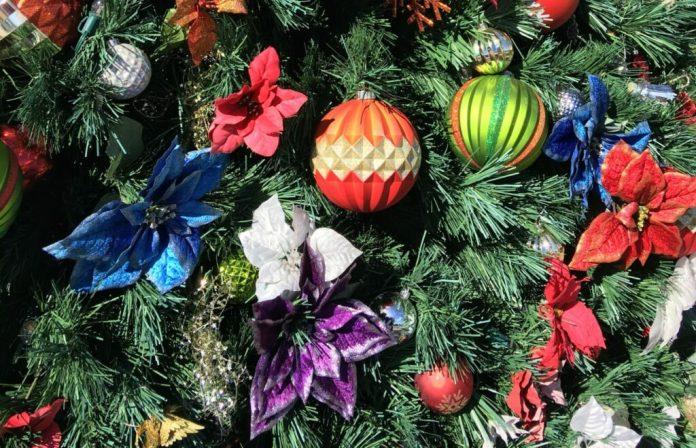 Kolorowe ozdoby świąteczne na choince bożonarodzeniowej