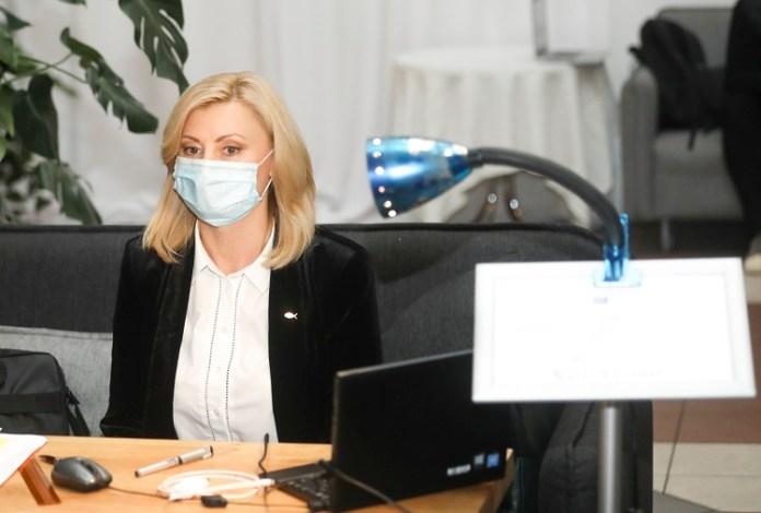 Posłanka Akcji Wyborczej Polaków na Litwie – Związku Chrześcijańskich Rodzin, Rita Tamašunienė siedzi przy biurku