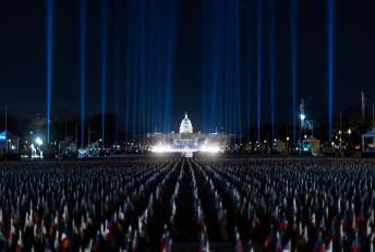 Na błoniach przed budynkiem Białego Domu wbito tysiące amerykańskich flag