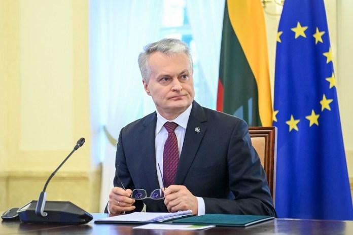 Prezydent Litwy Gitanas Nausėda na tle flagi Litwy i flagi Unii Europejskiej