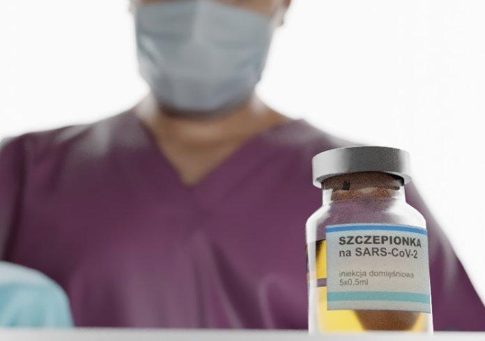Medyk przygotowuje szczepionkę na koronawirusa.