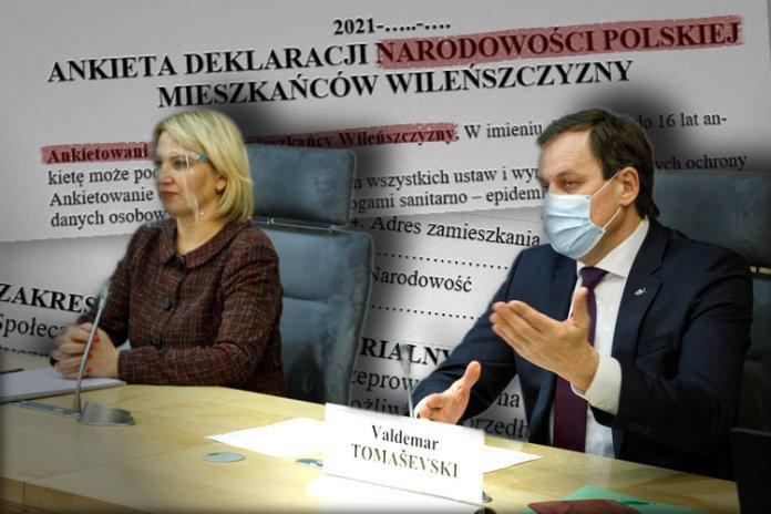 Waldemar Tomaszewski siedzi obok Edyty Tamošiūnaitė i ręką wskazuje na dziennikarzy.