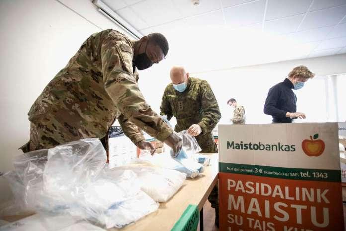 NATO i wolontariat: żołnierze USA i Litwy wspólnie wsparli Bank Żywności [GALERIA]