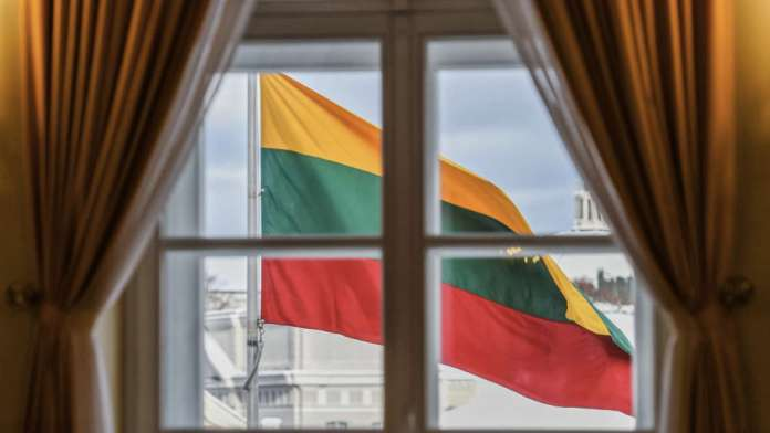 Flaga litewska wisi i powiewa.