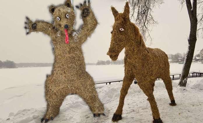 Miś i koń ze słomy stoją sobie przy jeziorze.