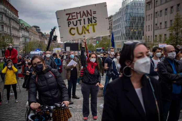 """W Pradze wielotysięczny protest. """"Nie jesteśmy Rosją"""", """"zdrajca Zeman"""""""