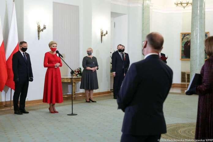 Pałac Prezydencki w Warszawie 2 maja: nadanie obywatelstw Polakom, przekazanie flagi organizacjom