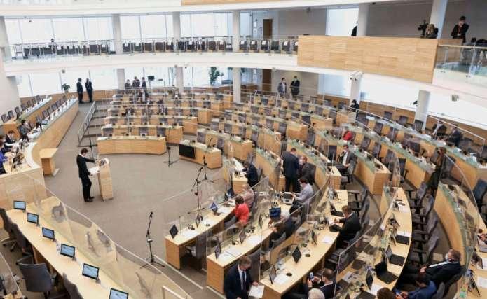 Zakaz wyboru mandatu przed przysięgą poselską sprzeczny z Konstytucją