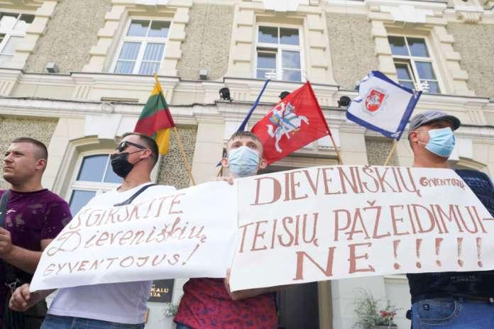 Protest mieszkańców Dziewieniszek przed MSW. Sprzeciwiają się ośrodkowi migrantów