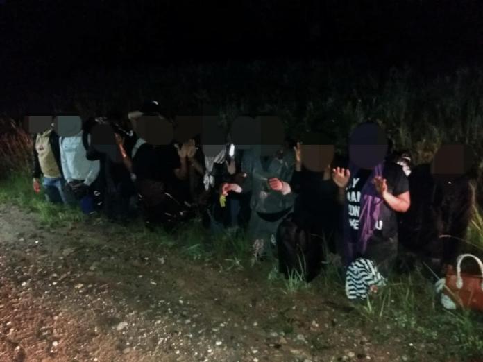 Pogranicznicy musieli posiłkować się helikopterem. Zbiegli ukrywali się w polu zboża