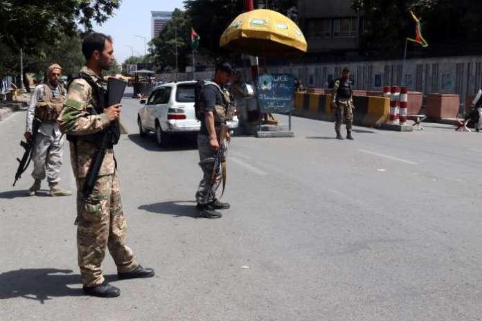 Talibowie blokują lotnisko w Kabulu, pierwsze ofiary