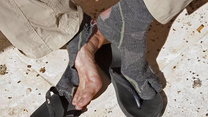 В Госдуме предложили штрафовать пассажиров за грязные носки в поездах. Над этим потешаются даже в Китае