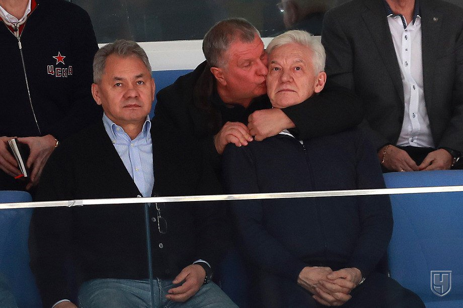 Игорь Сечин на хоккейном матче чмокнул Сергея Шойгу в макушку головы, потом добрался до Геннадия Тимченко