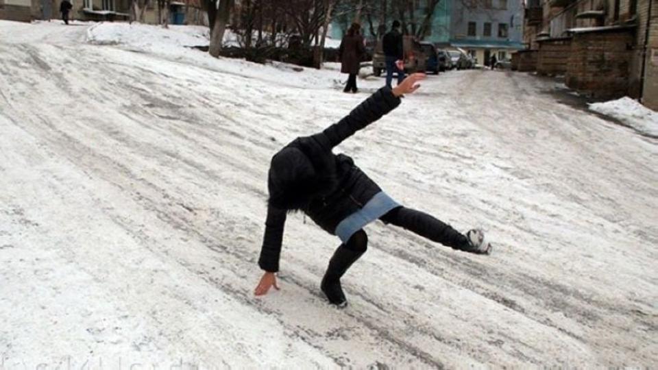 Этой зимой биробиджанка упала на обледенелой дороге и получила сложный перелом