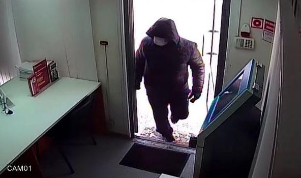 Повар из Биробиджана с кухонным ножом и в медицинской маске разбоем «поднял» немного наличных в Хабаровске