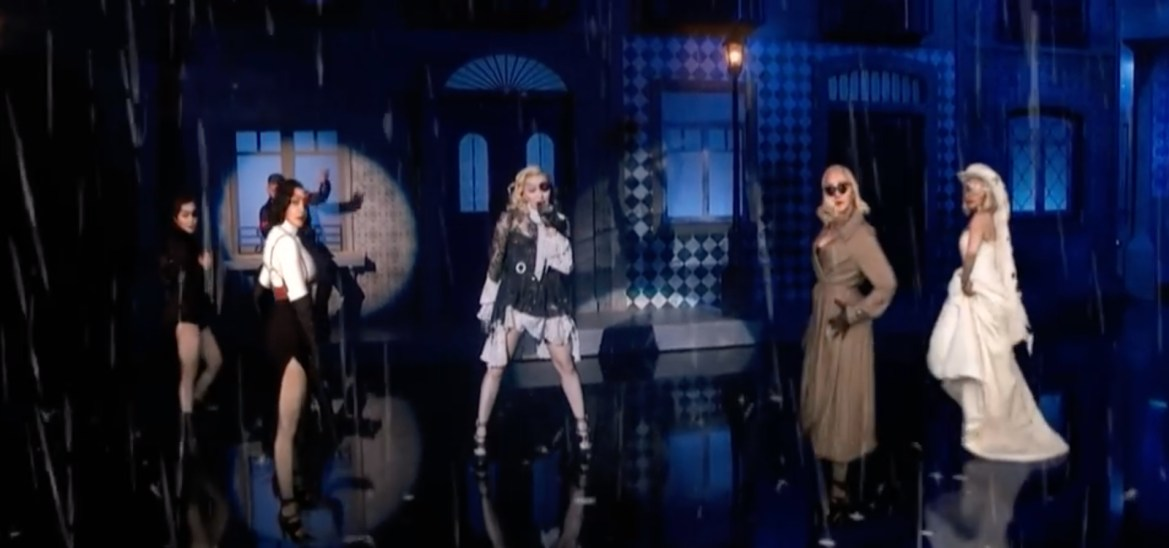 За 5 миллионов долларов Мадонна спела и сплясала вместе со своими цифровыми копиями на Billboard Music Awards. Потом певица опубликовала ещё одну новую песню «I Rise» (ВИДЕО)
