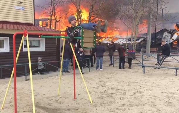 Мальчик из Ноябрьска катается на качелях на фоне бушующего пожара. Ролик о его мегаспокойствии стал вирусным  (ВИДЕО)