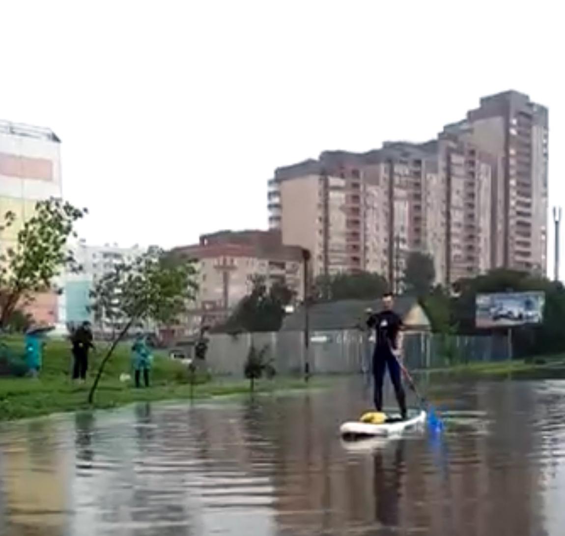 В Хабаровске по затопленной улице Флегонтова катаются на SUP-досках (ВИДЕО)