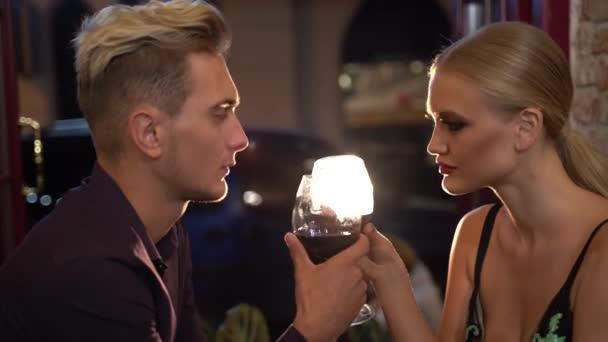 Горе-любовник Андрей из мобильного приложения принёс на свидание вино и вскружил голову биробиджанской Джульетте