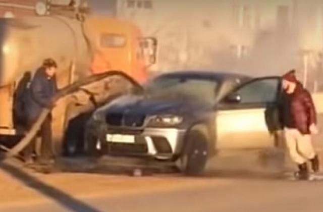 «Брызги фекалий на дорогущем капоте и под ним»: в Самаре горящий BMW потушили из ассенизатора
