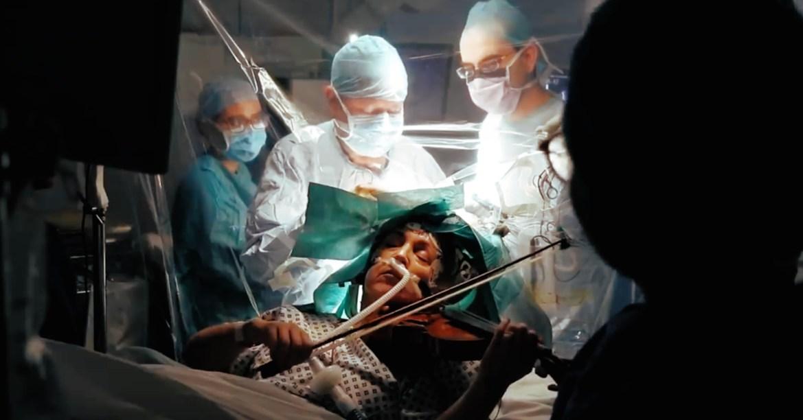 Женщина играла гаммы на скрипке, пока нейрохирурги  удаляли опухоль из её мозга (ВИДЕО)