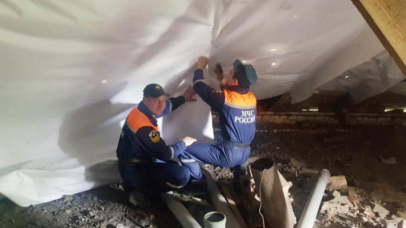 В Николаевке монтируют влагостойкую пленку на крышах домов побитых градом