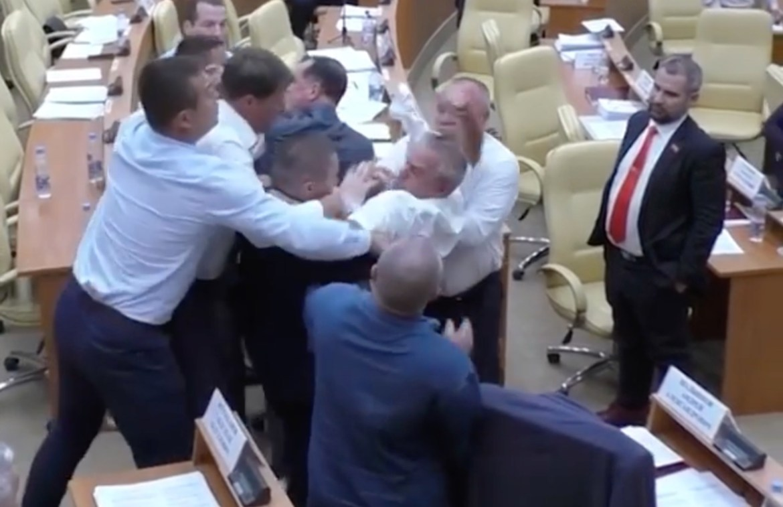 В Ульяновской области из-за плаката с «голубками» передрались депутаты заксобрания (ВИДЕО)