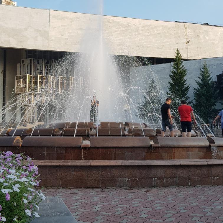 В Биробиджане дети продолжают заныривать в фонтан у филармонии
