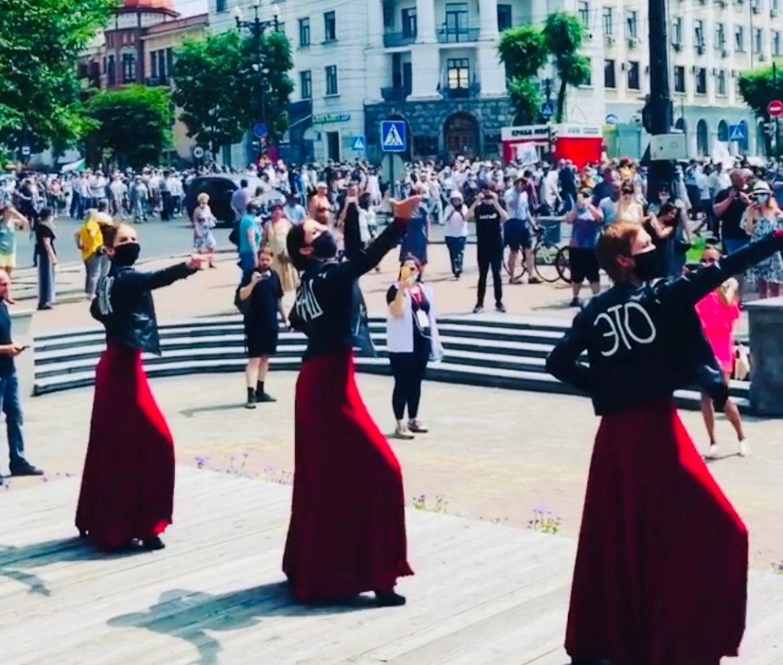 Арт-протест в Хабаровске: таинственное трио танцует на фоне колонн митингующих (ВИДЕО)