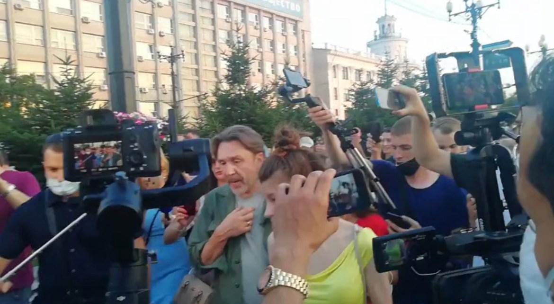 Сергей Шнуров приехал в Хабаровск и пошел гулять в окружении журналистов и блогеров
