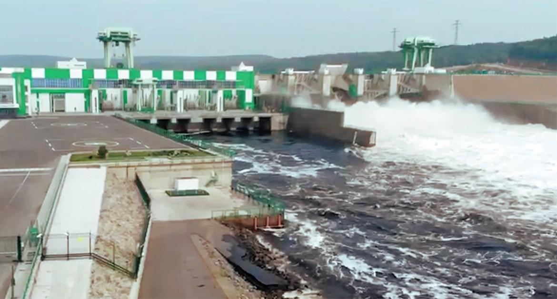 Река Бурея во время холостых сбросов с ГЭС сейчас и в 2019 году (ВИДЕО)
