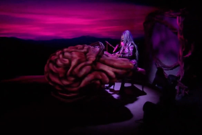 На VMA-2020 Lady Gaga сыграла на пианино в виде мозга