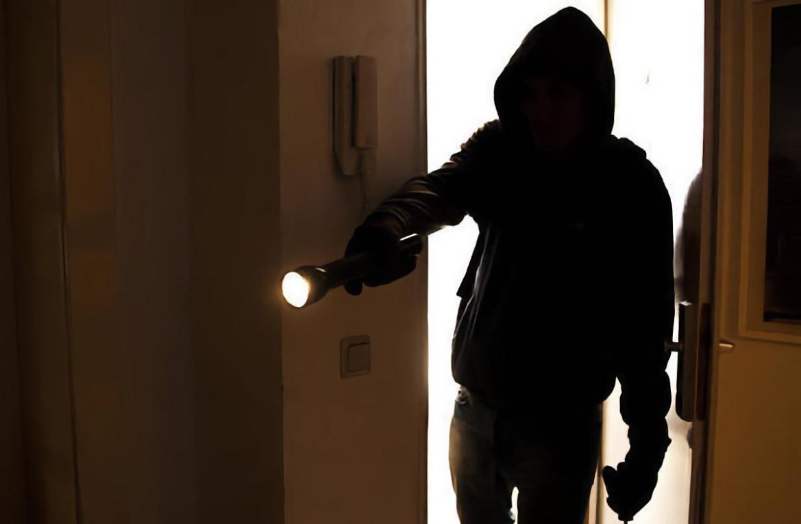 Житель ЕАО отжимал дверь и деньги из кабинета руководителя