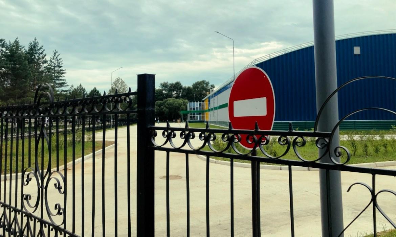 Ливневые стоки «путинского» катка «Победа» в Биробиджане затапливают близлежащие теннисные корты