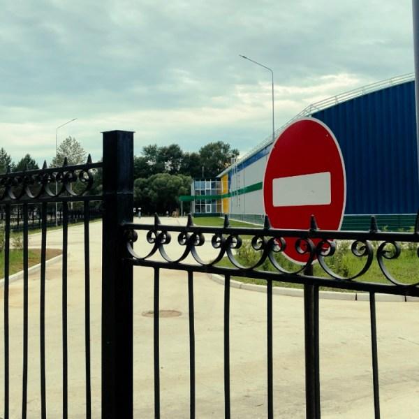 """Ливневые стоки """"путинского"""" катка """"Победа"""" в Биробиджане затапливают близлежащие теннисные корты"""