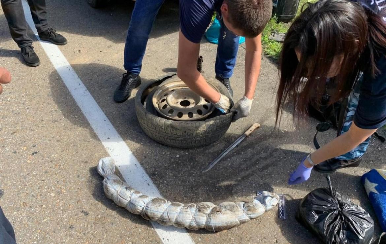 «Колбасу» из конопли в запаске привез в руки  полицейских житель ЕАО