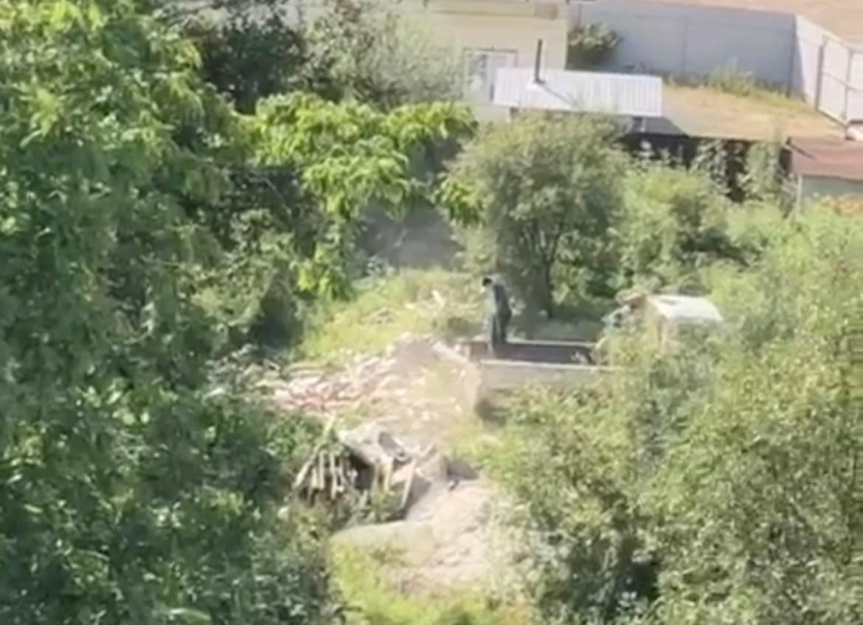 Двух строителей застукали за «грязным делом» на улице Солнечная в Биробиджане (ВИДЕО)