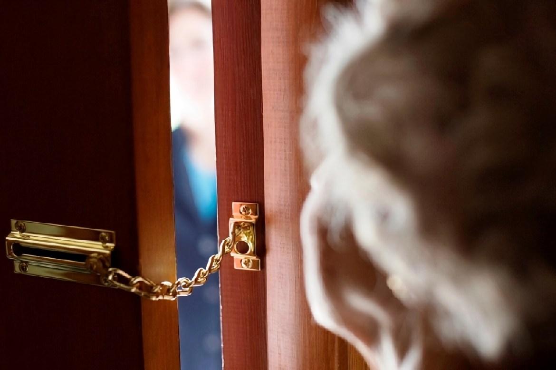 В Биробиджане уборщица подъездов вцепилась в ухо пенсионерки и сорвала серьгу