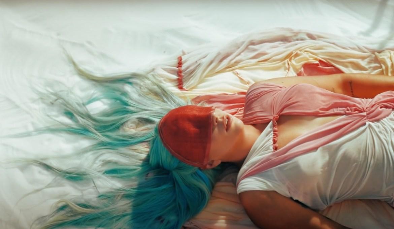 Леди Гага (Lady Gaga) представила новое видео «911», вдохновленное культовым фильмом советского режиссера Сергея Параджанова «Цвет граната»